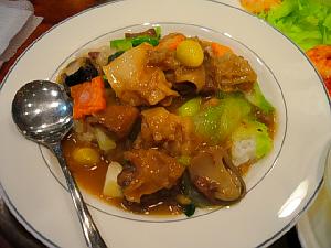 ご飯の上に具沢山のあんかけが。大き目の牛肉、キャベツ、人参、ぎんなん、袋茸などがたっぷり