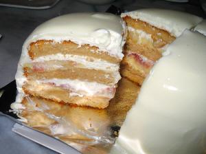4分の一にカットしたケーキの中味。クリームとスポンジが2層になって、クリームの中から果物が見えます