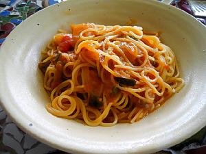 一見、普通のトマトパスタのように見えます。白いちょっとだけ深めのお皿に盛り付けられています