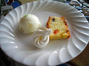 真っ白な、淵側だけ放射状の模様になっているお皿に、アイスクリームと、スポンジの薄切りケーキ、そして生クリームが並べてあります。