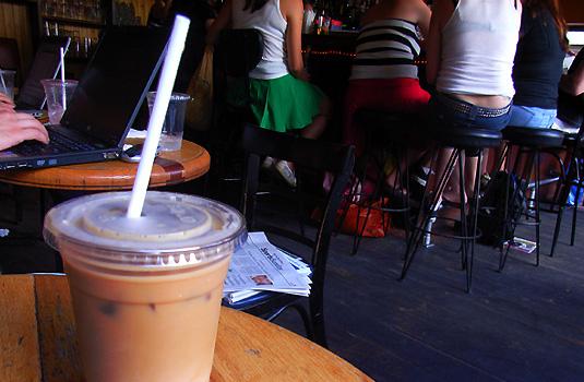 地元の方々に人気のカフェ-Lotus Lounge 35 Clinton _b0007805_372236.jpg