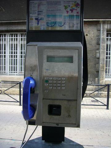 ■街角の公衆電話(ボルドー)_a0008105_21591924.jpg