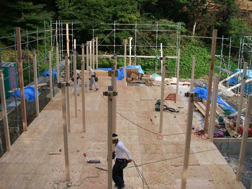 Q1前沢の家05:柱が建つ_e0054299_9425586.jpg