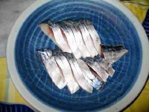 ブルーの丸皿に、しめ鯖の切り身のみが並べられています。薬味等は何もない簡素なお皿です。