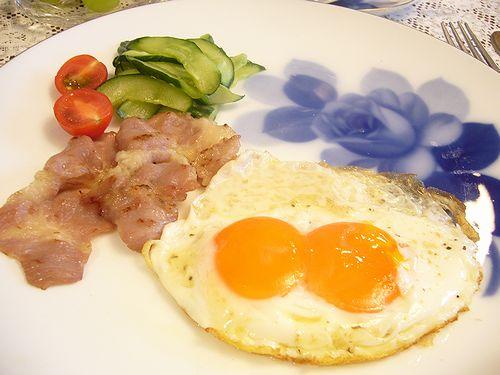 大倉陶園 ブルーローズ と 双子ちゃん 目玉焼きで  朝ごはん。。。.゜。*.。♡_a0053662_971949.jpg
