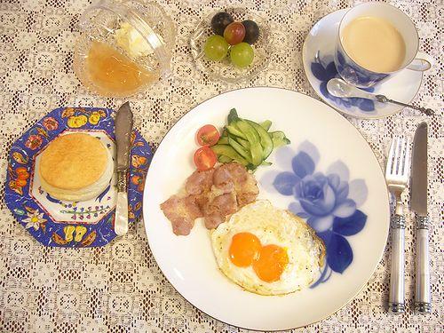 大倉陶園 ブルーローズ と 双子ちゃん 目玉焼きで  朝ごはん。。。.゜。*.。♡_a0053662_974947.jpg