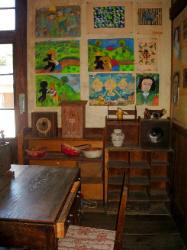 先生の机の壁側に、子供たちの描いた絵が貼ってあります。時計や小道具類も昔のままで、ふと時を遡ってしまいます。