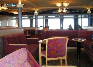 フェリーの客船部分です。明るいエンジ色の花柄の椅子やソファー。ちょっと見たらホテルのロビーのように見えます。天井のライトもシャンデリアが下がっている部分もありました。