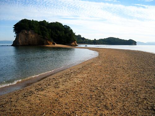 天使の散歩道のアップ画像です。光海辺に緑の小島、そこへSの字に繋がる砂の道が。ほんとに天使が散歩しそうな道ですね。