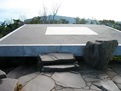 まさにこれが展望台、四角い石の台座が設えてあります。ここから四方の風景を堪能することが出来ます