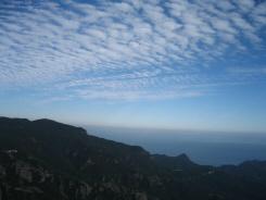 展望台から眺めた山間。青い空に浮かぶ雲、濃い緑と海の青。ほんとに綺麗です