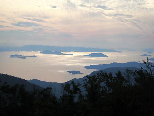 ちょっと山水画風に撮れた写真。点在する小島がグレーに光る海面に黒っぽく浮かび上がって、幻想的ですらあります。行き交う船の黒っぽい形も絵になっています