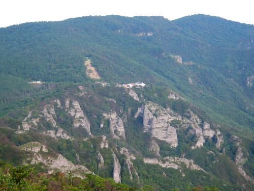 少し目線が下がった山の頂上に、建物が見えます。その向こうに更に高い山の頂が見え、小豆島は大半が山であることが見て取れますね。