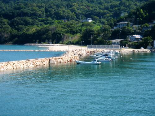 ここは小さなマリーナのような場所でした。近くにはホテルもあって、プライベートビーチのような場所も。海好きにはたまらない場所のようです。小さなボートが何艘も並んでいます。