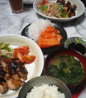 チキンのもろみステーキ、野菜もたっぷり添えられています。ご飯に味噌汁の椀、そして大根のツマがたっぷりに黒いお皿には、色鮮やかなサーモンも切り身が並べられています。