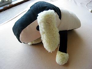 白と黒のツートンカラーのぬいぐるみ。犬の顔になっていて、前足もついています。頭でっかちのこの胴体には、手を入れる事が出きるようになっていて、齧られても痛くないようにたっぷりの綿が入っています。まん丸の目が愛くるしいぬいぐるみです。