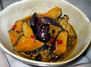 変形の深鉢になすの揚げ浸しが。艶やかなナスの紫が綺麗です。