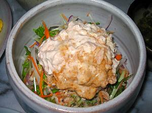 丸いい大き目の陶器。サラダが入っています。ツナにマヨネーズを和えたものが、上からたっぷりかかっています。