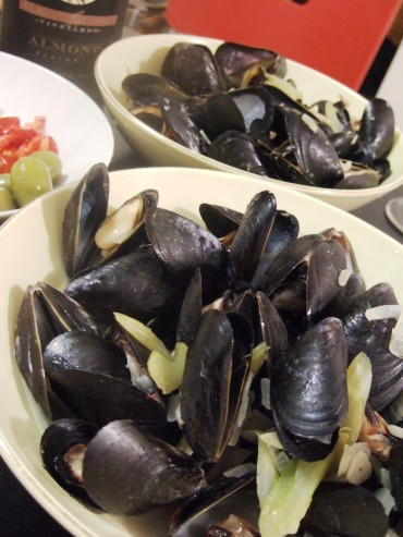 ◆ Steamed Mussels in Creamy Curry Sauce with Apples ◆ Oct 18, 06_e0075343_145510.jpg