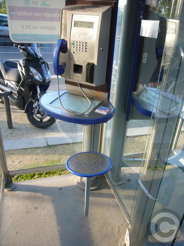 ■街角の公衆電話(パリ7区)_a0008105_4253973.jpg