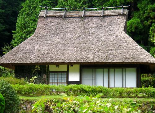 別棟のやはりかやぶき屋根の古民家。こちらも丁寧に手が入っていて、住む方のセンスを感じます。かやぶきの高い屋根を後ろの木々の緑がくっきりしたシルエットにしてくれて、美しい光景です。