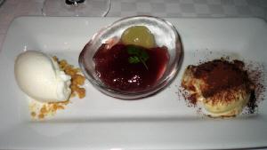白い長方形のお皿に、白いシャーベット、透明の小鉢に入った、ブドウのジュレ、そしてチョコレートパウダーのかかった、ティラミスが。