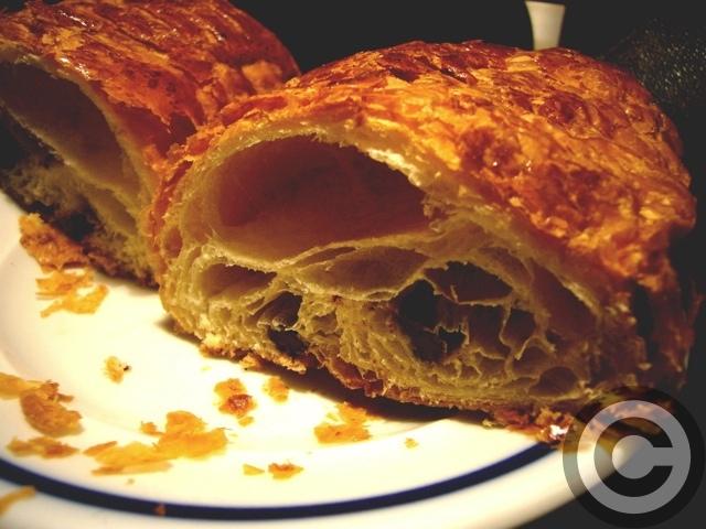 ■おいしいパン屋のパン・オ・ショコラ(パリ)_a0014299_1838443.jpg