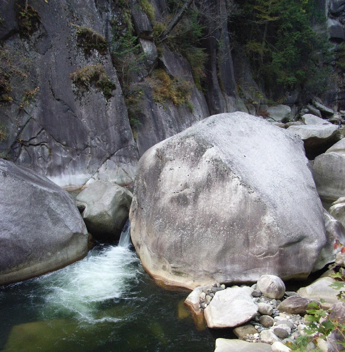 覚円峰(かくえんぽう) 巨大な岩の塊、絶景です 岩の隙間からもこもこ緑...  HAPPY♪ P