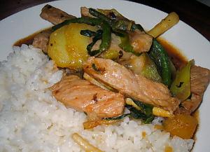 ご飯もののアップの画像。白いご飯とお肉やじゃが芋野菜の色合いが綺麗です。