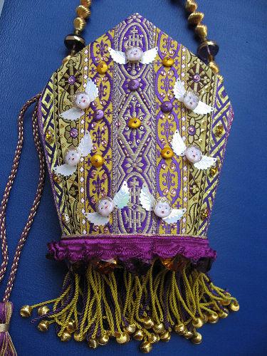 教皇が被っている帽子の形の紙芯に、蚤の市で買い集めた聖職者が着る袈裟用... 神父用教皇帽バッグ
