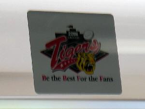 電車の窓に貼られていた、タイガースのステッカー。ファン感謝デーのステッカーです。Be the Best For the Fansと書かれてありました。