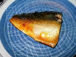 サバのアップ画像。ブルー地のお皿にお味噌で黄色っぽく染まったサバの切り身が乗っています。