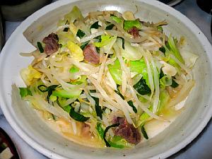 和風の大きめの丸皿、ややグレーがかっています。もやしやキャベツ野菜炒めがたっぷりと盛られています。