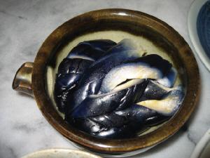 片口の丸いぽってりした器に、真っ青な茄子のお新香が。茶色っぽい器に、茄子の白い部分と皮の青が綺麗です。