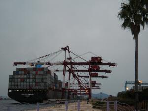 きりんが首を伸ばして遠くを見つめているように見える上記の写真と反対に、タンカーから積荷を降ろそうとして、首を下げて荷物を咥えている様に見えるクレーンの姿。かなり大きなタンカーが接岸しています。
