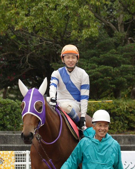 鷹野宏史騎手、通算勝利2100勝達成!!_a0077663_1971391.jpg