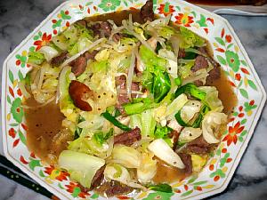 淵に小花の並んだ大きめの中華皿、たっぷりの野菜が入っています。