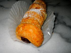 パイ生地で餡子を包んで焼いたクローネ。サクサク感が伝わってきます。