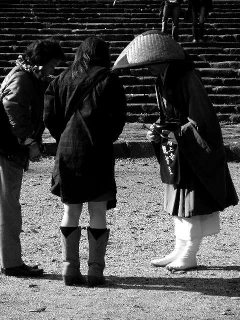 托す(托鉢の僧と母娘)