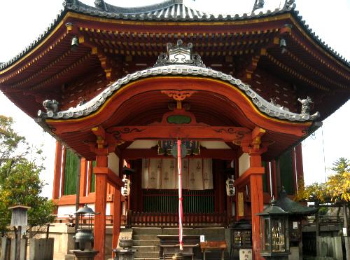 中国のお寺を連想させる色鮮やかな朱色の建物。八角形の屋根が特徴の建物です。