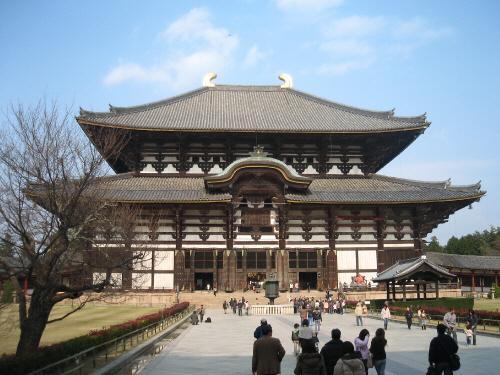 東大寺の本堂。上記は左斜めから写した写真ですが、こちらは真正面から。日本の建築物ってやっぱり芸術ですね。真っ青な空に映えて実に荘厳で美しいです。