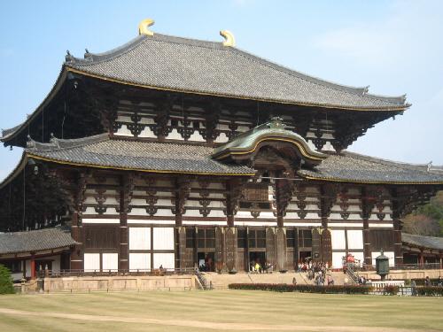 東大寺の本堂。この大きさは圧巻ですね。金色の角のような飾りが屋根についています。