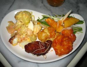 変形の白いペイズリー型のお皿に、いろいろな料理がぎゅうぎゅう乗せられて。