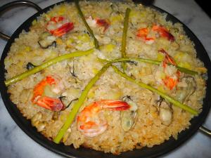 パエリア鍋にちょっと黄色っぽいご飯、牡蠣やエビが見えます。