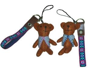 小さな熊のぬいぐるみ、ブルーのベストを着ています。頭の上にストラップがついていて、色んなものにぶら下げられるようになってます。