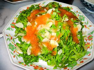 上記と同じお皿、千切りにされた緑の野菜が綺麗です、オレンジ色のドレッシングが緑を一層引き立てています。