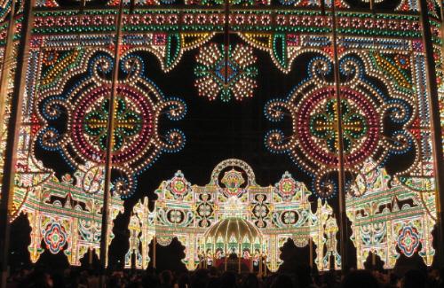 上記のドーム部分を円形状の入り口正面部分から捉えた写真。ドームの上に花火が上がったように見えます。アラビアの宮殿のような雰囲気があります。