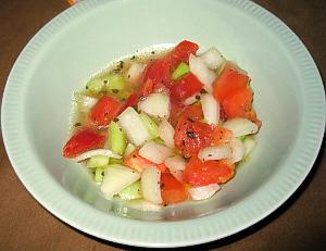 丸いやや深めになっているお皿に、赤、白、緑の角切りの野菜が、ところどころ緑の粒みたいに見えるものはバーブのようです。