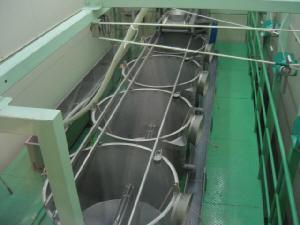 樽の代わりの大きなアルミ製?のような銀色の大きなドラム缶が縦に5つ並んでいます。