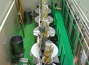 上の写真のドラム缶のようなものに蓋がしてあり、何か機械が取り付けられています。